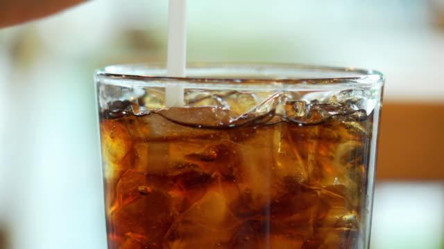 vídeos de stock e filmes b-roll de hd super slow-mo :cola into a glass with the ice cubes - açúcar