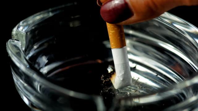 hd super slow-motion: estinguere una sigaretta - sigaretta video stock e b–roll