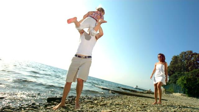 HD Super Cámara lenta: Padre dando vueltas su hija - vídeo