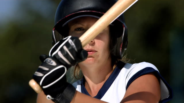 Super Zeitlupe, HD: Weibliche Softball Ausbackteig schlagen Ball – Video