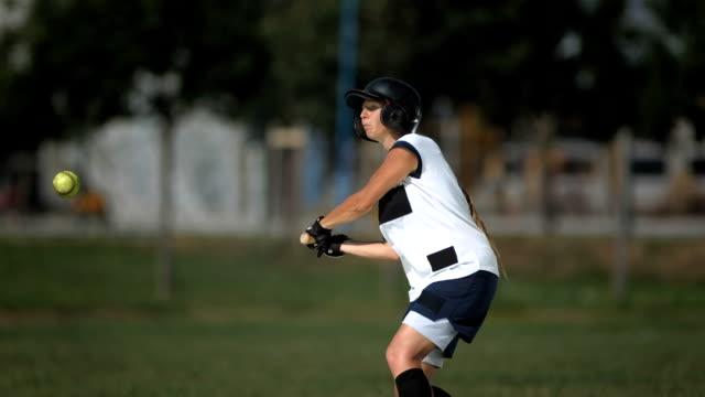 vídeos de stock, filmes e b-roll de super câmera hd-seg: feminino-softball massa chutando a bola - softbol esporte