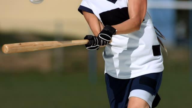 vídeos de stock, filmes e b-roll de super câmera hd-seg: feminino jogador de softbol bola na batida - softbol esporte