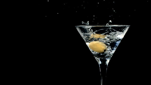 HD Super Cámara lenta: Garnishing Martini con Oliva - vídeo