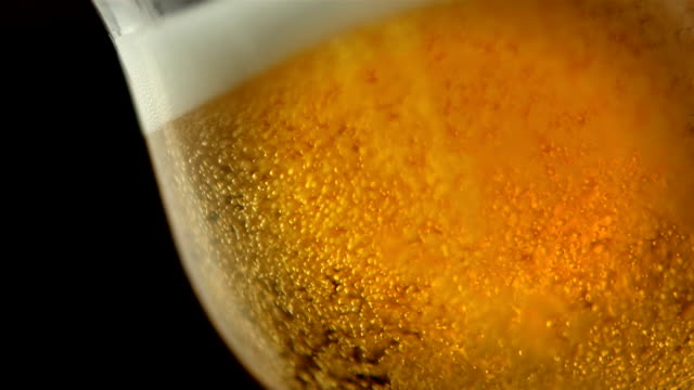 hd super slow-motion: bicchiere di birra - alchol video stock e b–roll