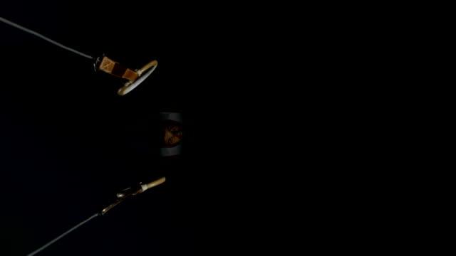 HD Super Cámara lenta: Gimnasta extracción mismo su anillos - vídeo