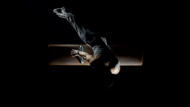 stockvideo's en b-roll-footage met hd super slow-mo: gymnast swinging on pommel horse - uithoudingsvermogen