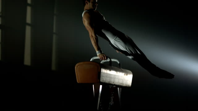 stockvideo's en b-roll-footage met hd super slow-mo: gymnast swings on the pommel horse - uithoudingsvermogen
