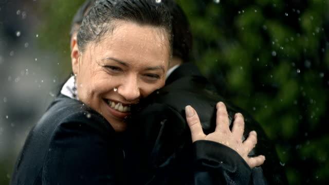 HD Super Cámara lenta: Feliz pareja abrazar en la lluvia - vídeo