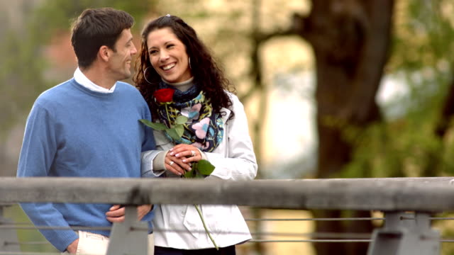 HD Super Slow-motion: Coppia felice avendo passeggiata romantica - video