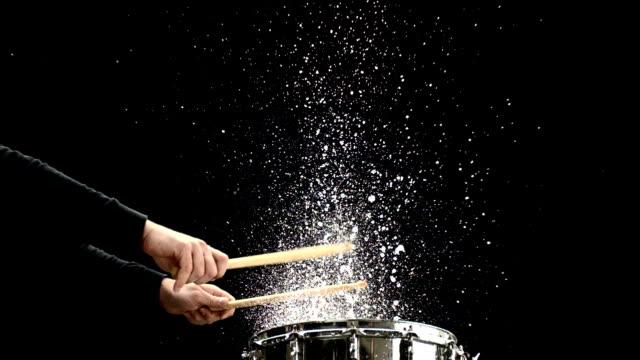 vídeos de stock e filmes b-roll de hd super em câmara lenta: batendo molhado caixa clara - bateria instrumento de percussão