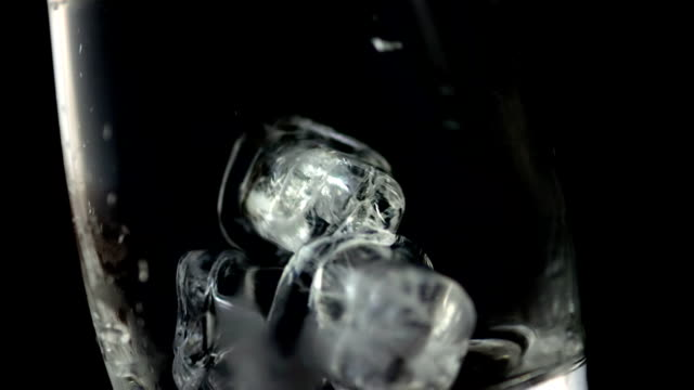 hd super slow-mo: ice cubes falling into a glass - küp buz stok videoları ve detay görüntü çekimi