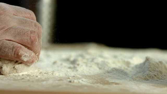 hd super slow-motion: impastare la pasta di lievito - impasto video stock e b–roll
