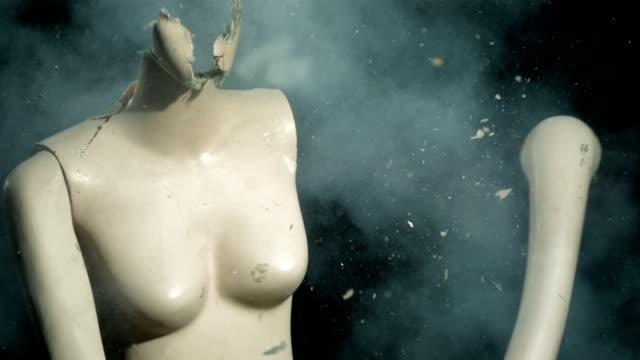 super zeitlupe, hd: kleiderpuppe's head explosion - menschlicher kopf stock-videos und b-roll-filmmaterial