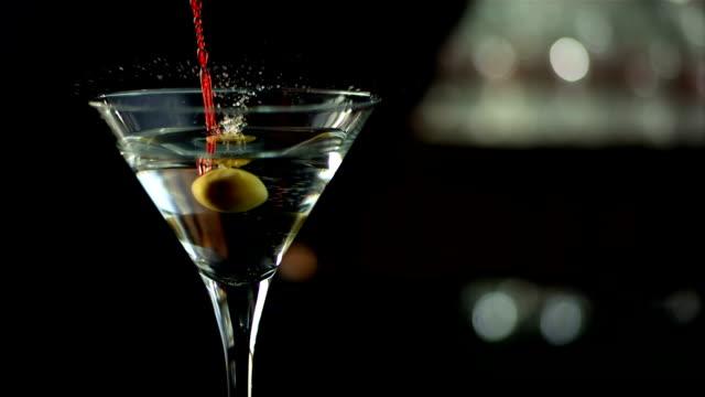 hd super slow-motion: martini con olive guarnire - martini video stock e b–roll