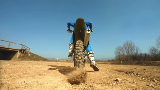 hd super slow-motion: tiro da motociclista di motocross sabbia - motocross video stock e b–roll