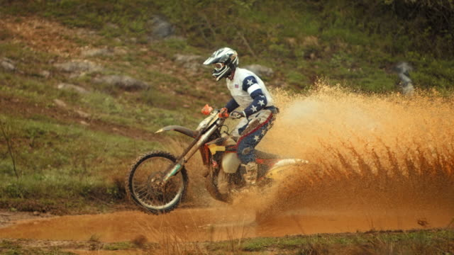 hd super slow-motion: fango motociclista di motocross di velocità - motocross video stock e b–roll