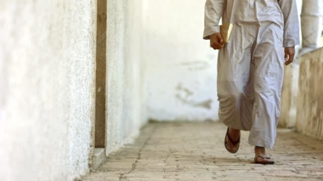 stockvideo's en b-roll-footage met hd super slow-mo: muslim worshipper - perzische golfstaten
