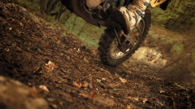 hd super slow-motion: mx moto accelerando in salita - motocross video stock e b–roll
