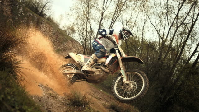 hd super slow-motion: motociclista di motocross si increspano fango alla macchina fotografica - motocross video stock e b–roll