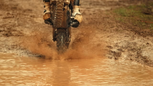 hd super slow-motion: rider mx schizzi di fango - motocross video stock e b–roll