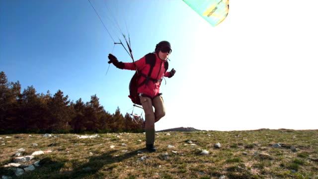 hd супер медленно-mo: параглайдер прыгнуть хилл - парапланеризм стоковые видео и кадры b-roll