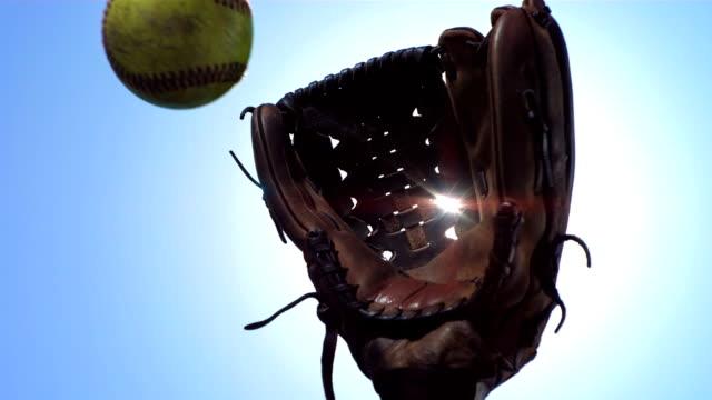 vídeos de stock, filmes e b-roll de super câmera hd-seg: jogador de softbol com luva bate - softbol esporte