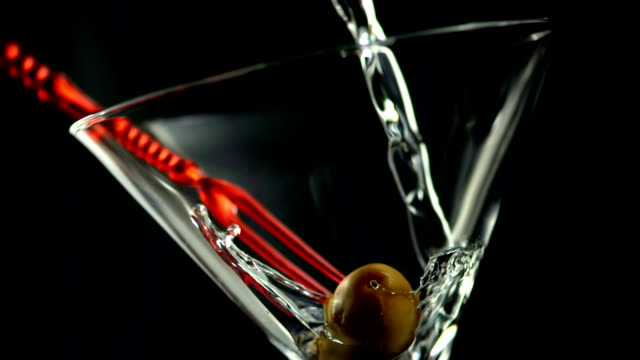 hd super slow-mo: pouring martini into the glass - martiniglas bildbanksvideor och videomaterial från bakom kulisserna