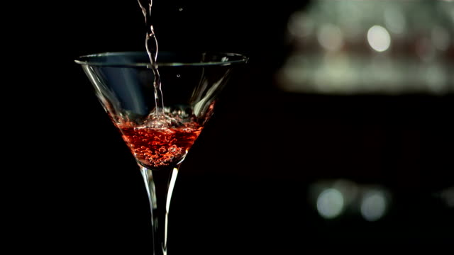 hd super slow-motion: versare martini rosso - alchol video stock e b–roll