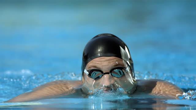 hd super slow-motion: professional nuotatore in azione - triatleta video stock e b–roll