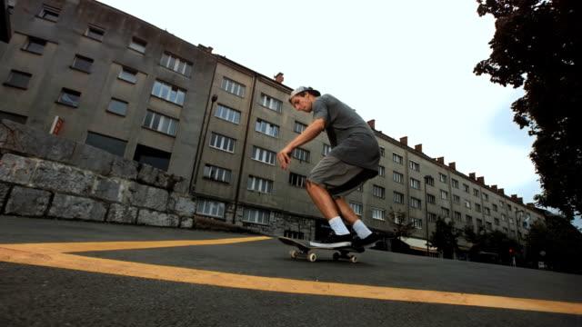 hd 超スローモーション: スケートボーダーをオリートリック - スケートボード点の映像素材/bロール