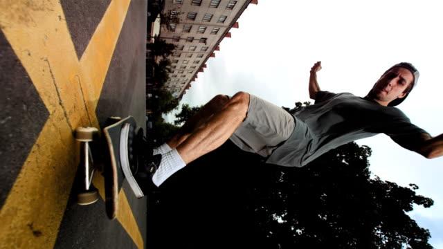 hd 超スローモーション: スケートボーダーの上にジャンプカメラ - スケートボードをする点の映像素材/bロール