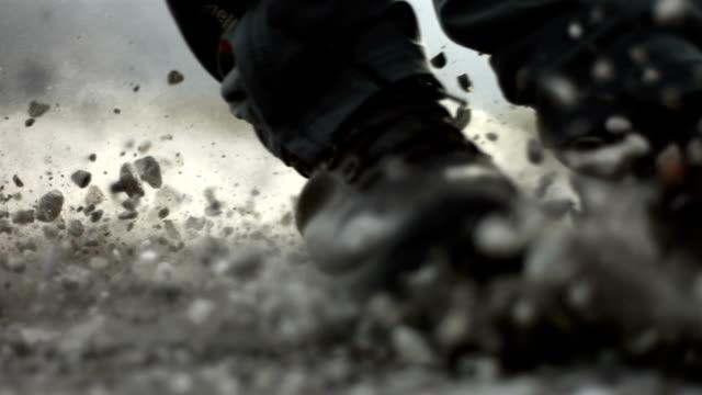 hd 超スローモーション: スライド、上質の砂利 - 靴点の映像素材/bロール