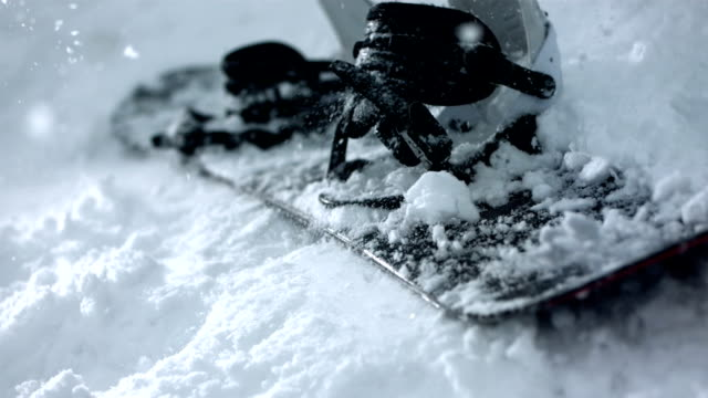 hd super slow-motion: snowboard cadere sulla neve - snowboarding video stock e b–roll