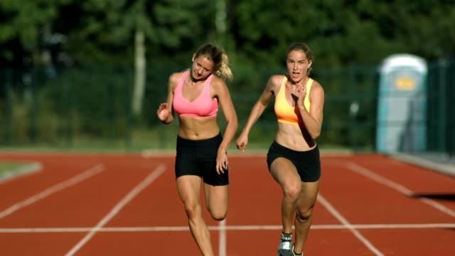 vídeos y material grabado en eventos de stock de hd super cámara lenta: sprinters cruzar la línea de meta - meta