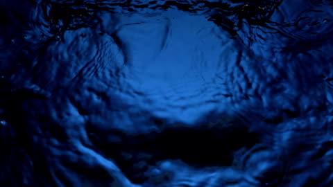 vídeos de stock e filmes b-roll de hd super em câmara lenta: água ondasname - escuro