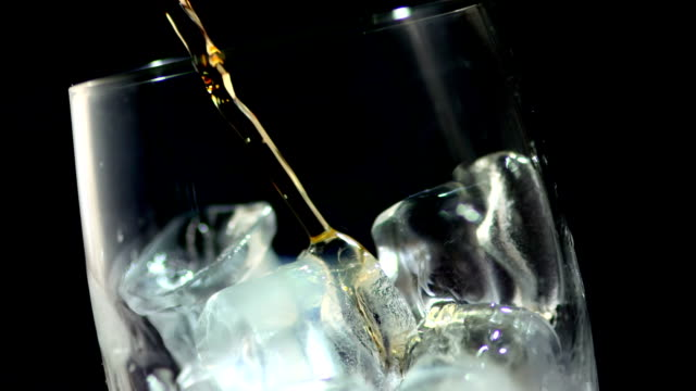 HD Super Cámara lenta: Whisky en las rocas - vídeo