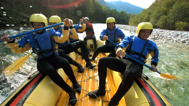 super zeitlupe, hd: whitewater rafter running den stromschnellen - rudern stock-videos und b-roll-filmmaterial