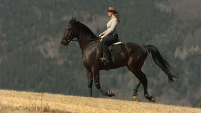 HD Super Slow-motion: Femme cheval Cantering - Vidéo
