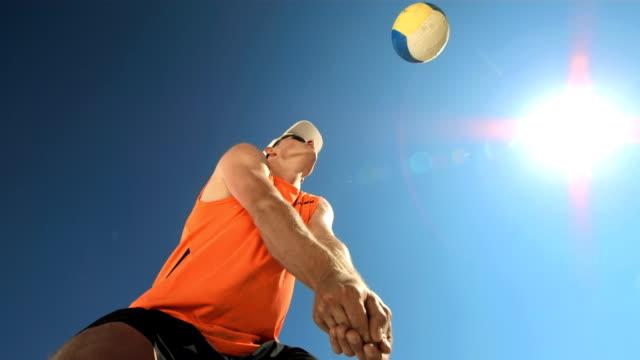 Super Zeitlupe, HD: Junger Mann spielen Sie Beach-Volleyball – Video