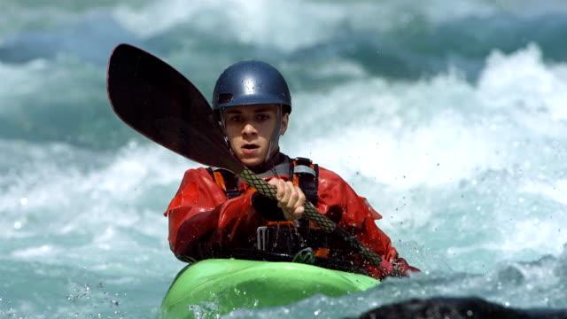 HD 超スローモーション: 若いホワイトウォーター Kayaker ビデオ