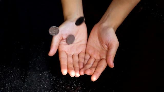 super slow-motion: coin falling in hand - монета стоковые видео и кадры b-roll