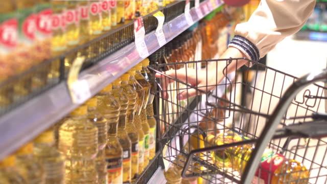 vídeos de stock e filmes b-roll de supermarket cooking oil - molho arranjo
