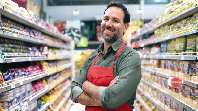 vídeos de stock e filmes b-roll de supermarket staff portrait - supermarket worker