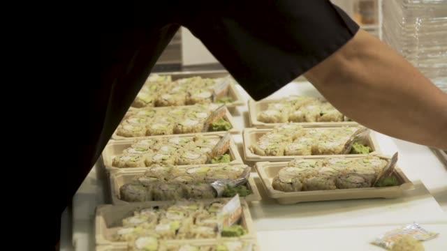 vídeos y material grabado en eventos de stock de supermercado sushi se prepara - snack aisle