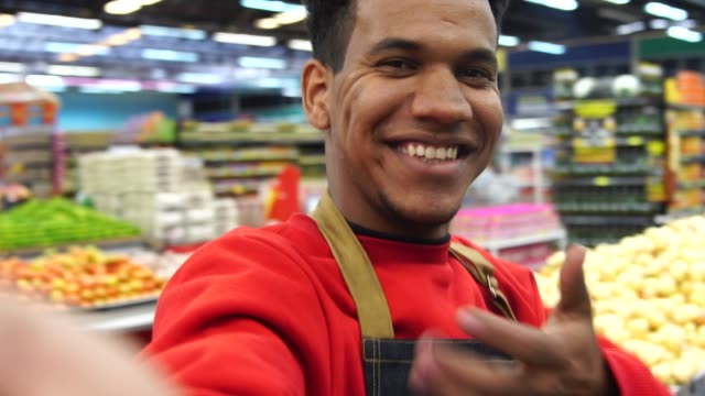 スーパー マーケット労働者、selfie を取って - ベジタリアン料理点の映像素材/bロール