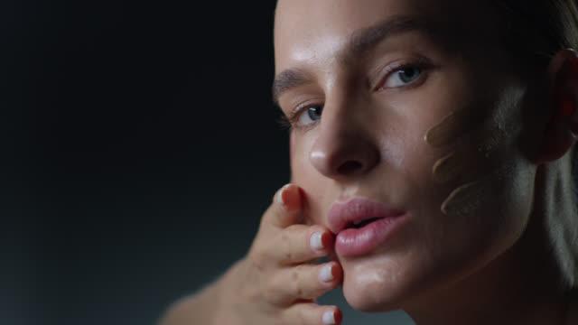 スーパーモデルフェイスクローズアップ。ファッションビデオ。メイクアップ - グリースペイント点の映像素材/bロール