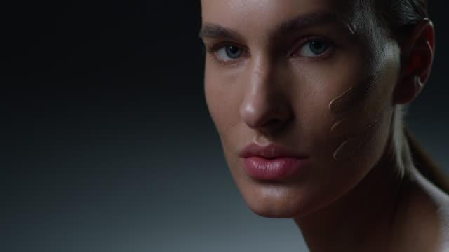 スーパーモデルフェイスクローズアップ。ファッションビデオ。メイクアップ - 舞台化粧点の映像素材/bロール