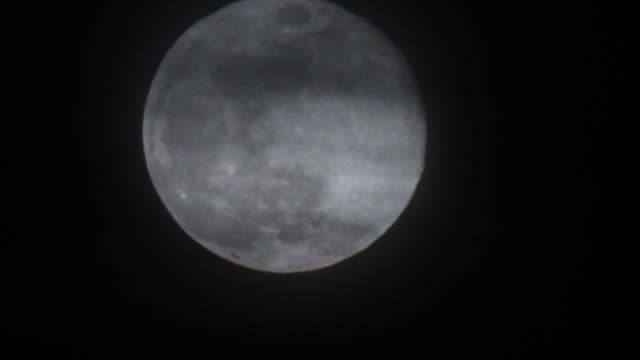 밤 하늘을 가로 질러 움직이는 슈퍼 문 보름달 - 1080p - 불길한 스톡 비디오 및 b-롤 화면