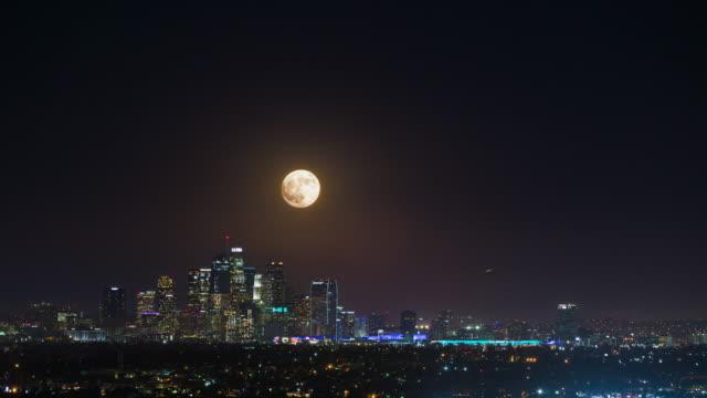 supermåne stiger över downtown los angeles, kalifornien natt timelapse - hollywood sign bildbanksvideor och videomaterial från bakom kulisserna
