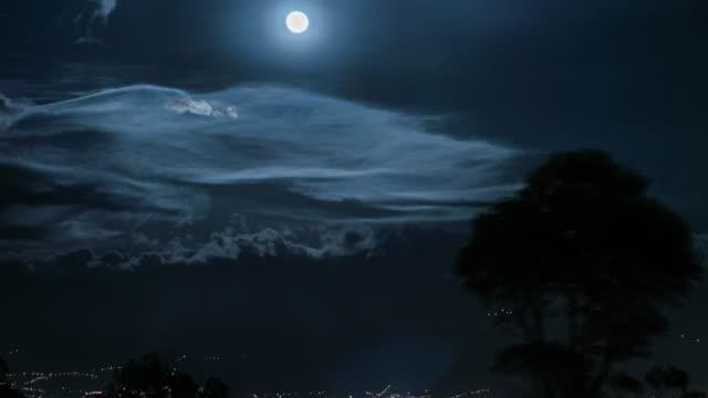 Superluna timelapse en la noche en quito, ecuador - vídeo